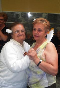 Carmen Parrondo (derecha) con una residente de El MIrador
