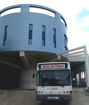 MERA.-Uno de los autobuses sale de la estación