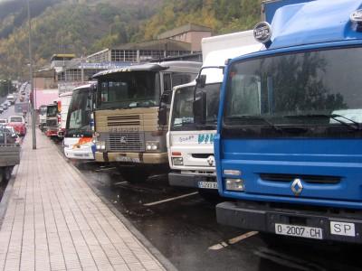 Camiones en el antiguo aparcamiento hoy inutilizado