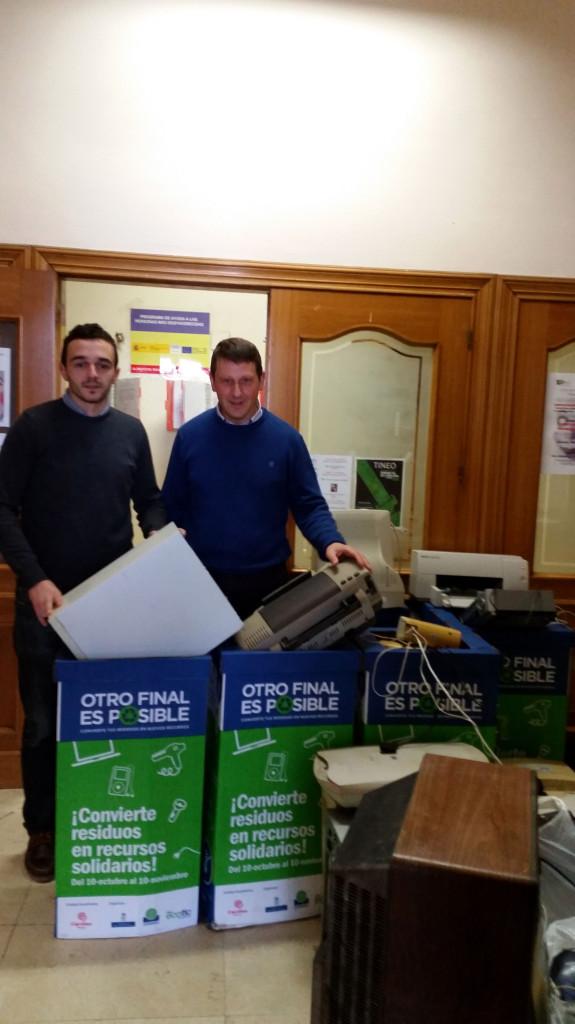 Concejal y Alcalde en la entrega de residuos a Cogersa