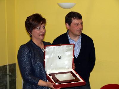 Maria Elena recibe placa del Alcalde