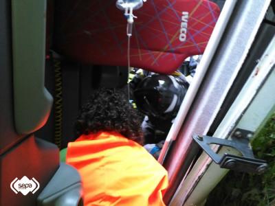 2015.06.08 ACCIDENTE TRAFICO EN CN. Bomberos en el interior de la cabina trabajando en excarcelación 2