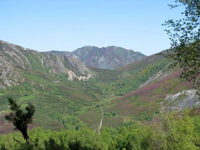 Al fonde del valle están las Fuentes del Narcea, poco antes de la laguna de Chauchina