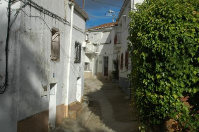 Calles vacías en el pueblo