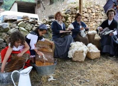 Cardando lana en Tuña