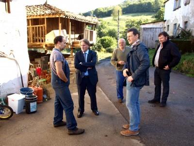 Director general y alcalde (centro) con vecinos de Orderias