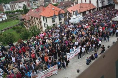 MERA.- Los manifestantes frente al ayuntamiento