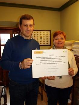 El Alcalde, José Ramón Feito, y la concejal delegada de Servicios Sociales, Sanitarios y Consumo, Celia Suárez, con el diploma recibido.