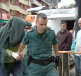 MERA.-El acusado sale del furgón  policial en Cangas