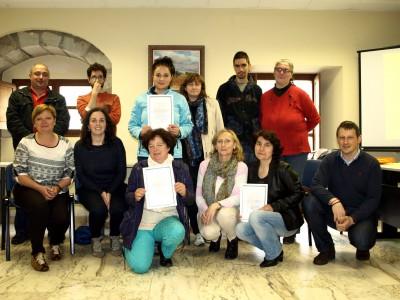 Asistentes curso con diplomas flanqueados por concejala y alcalde