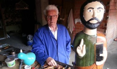 Julio con el santo