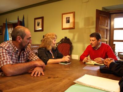 Guillermo Castaño, Mercedes Cruzado con Alcalde de Tineo