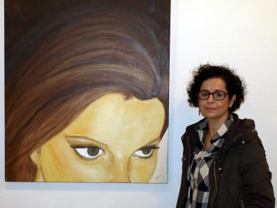 María con uno de sus cuadros