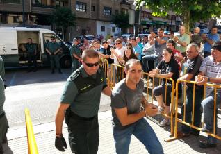 Víctor Luis Pèrez es conducido al juzgado cangués