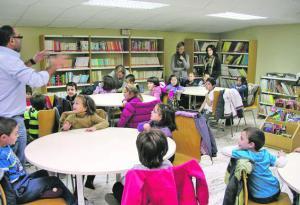 Visita escolar a la biblioteca de Tineo