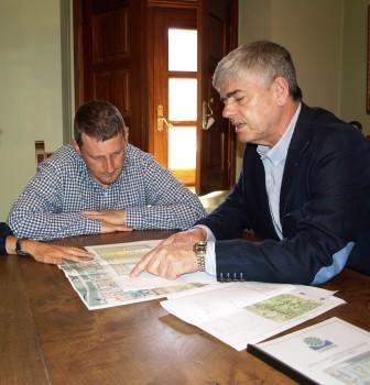 Santiago Fernández explica proyecto al Alcalde