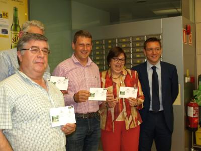 Angel Iglesias, Alcalde, Marisa Fdez, Daniel P Arango con sobres matasellados