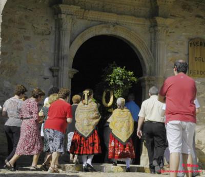 El ramo llega a la iglesia