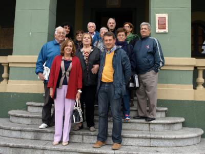 Begoña Serrano y alcalde de Tineo con emigrantes.