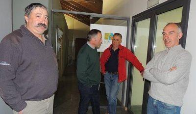 A la derecha el ganadero con miembros de los sindicatos agrarios