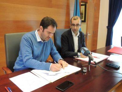 Concejal y alcalde en la presentación