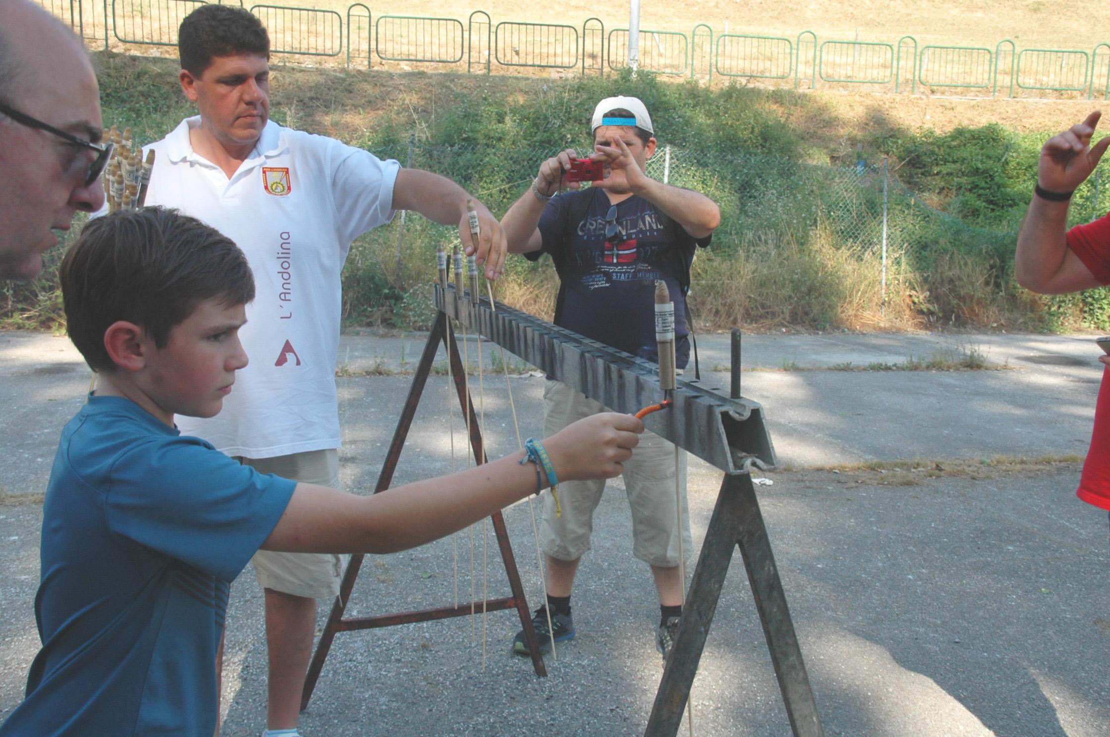 CANGAS DEL NARCEA.-Formándose en el manejo de la pólvora: Cientos de niños aprenden a manejar los voladores
