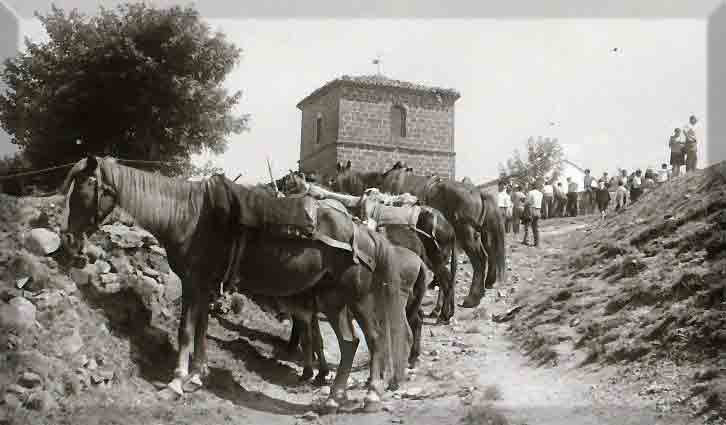 CANGAS DEL NARCEA.- La foto y su pie.Vaqueiros en El Acebo