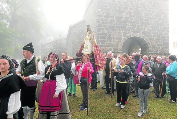 CANGAS DEL NARCEA.- La Virgen del Acebo procesionó entre la niebla