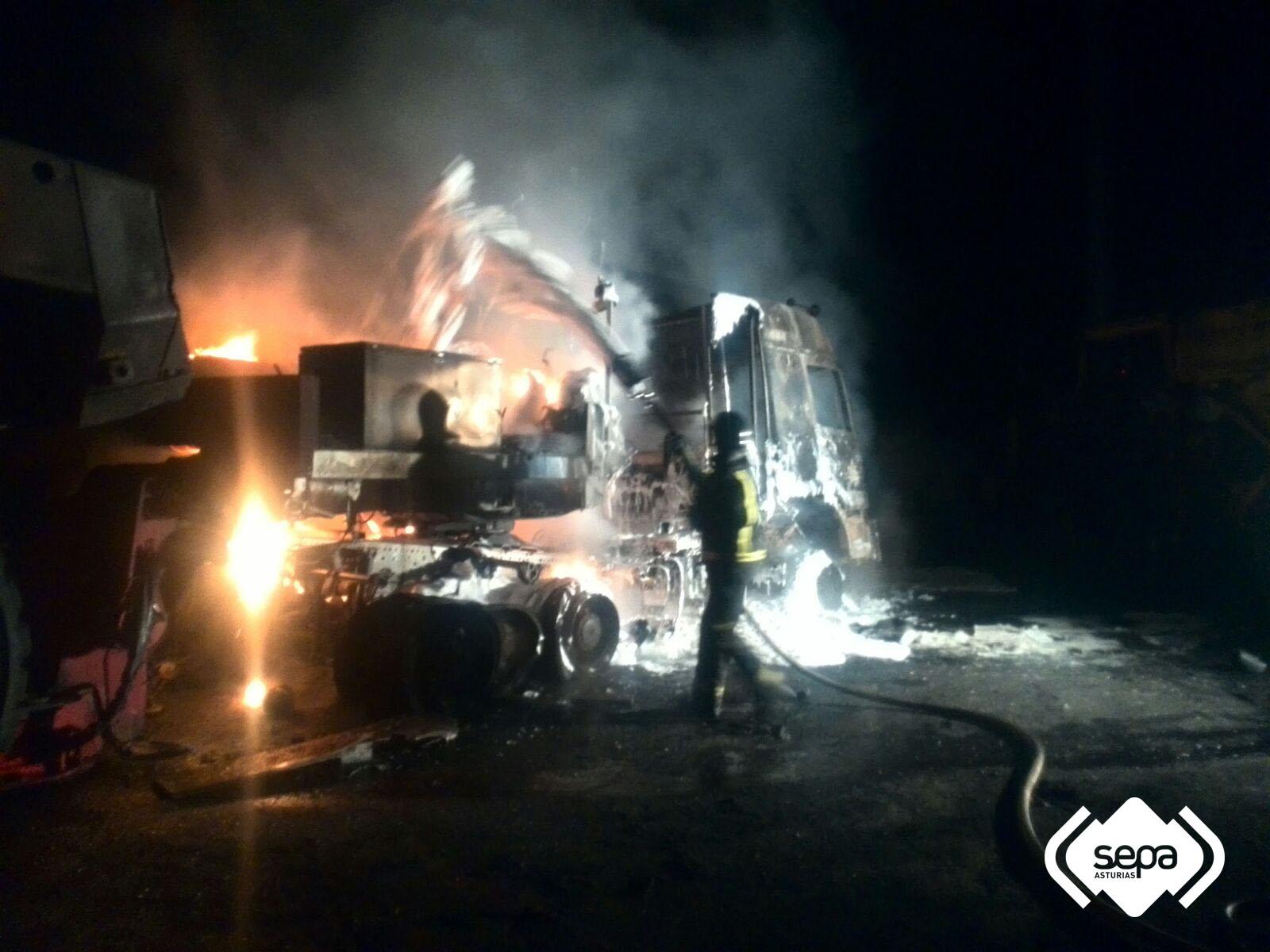 DEGAÑA.- Arde un camión en Cerredo