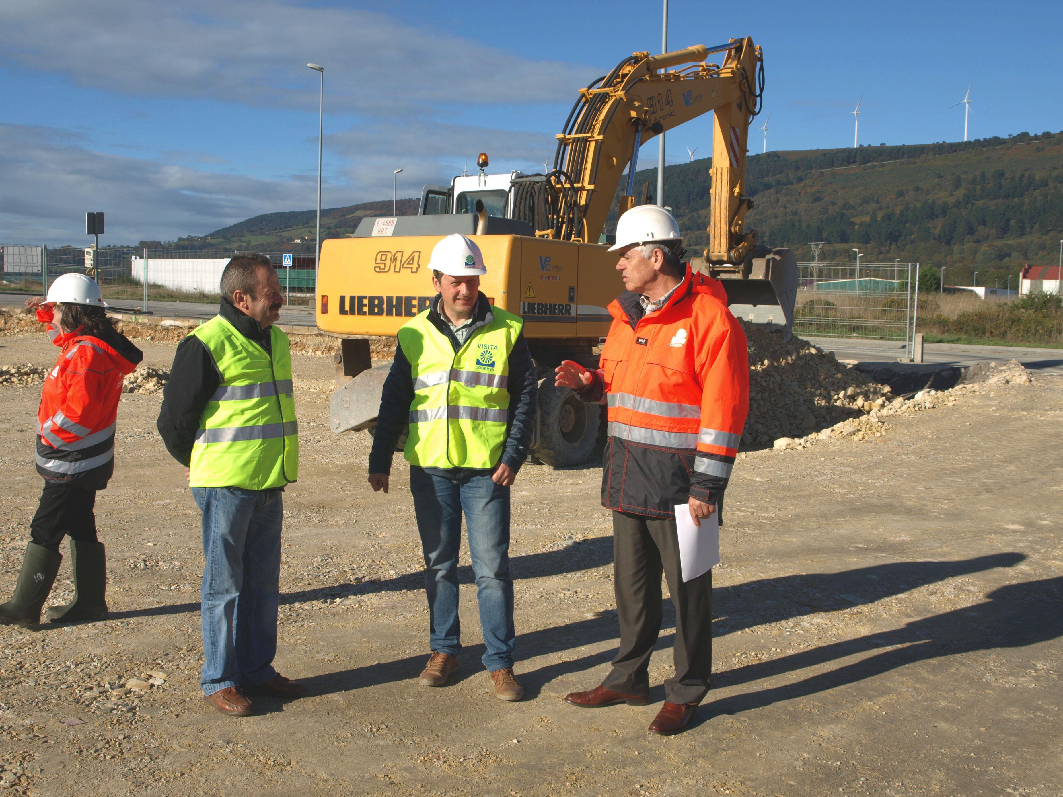 TINEO.- El gerente de COGERSA y el Alcalde visitan las obras del Punto Limpio