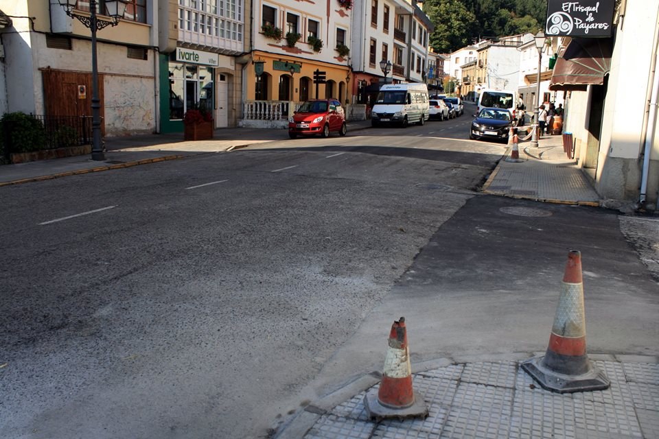 TINEO.- El Ayuntamiento instala reductores de velocidad en la calle principal de Navelgas