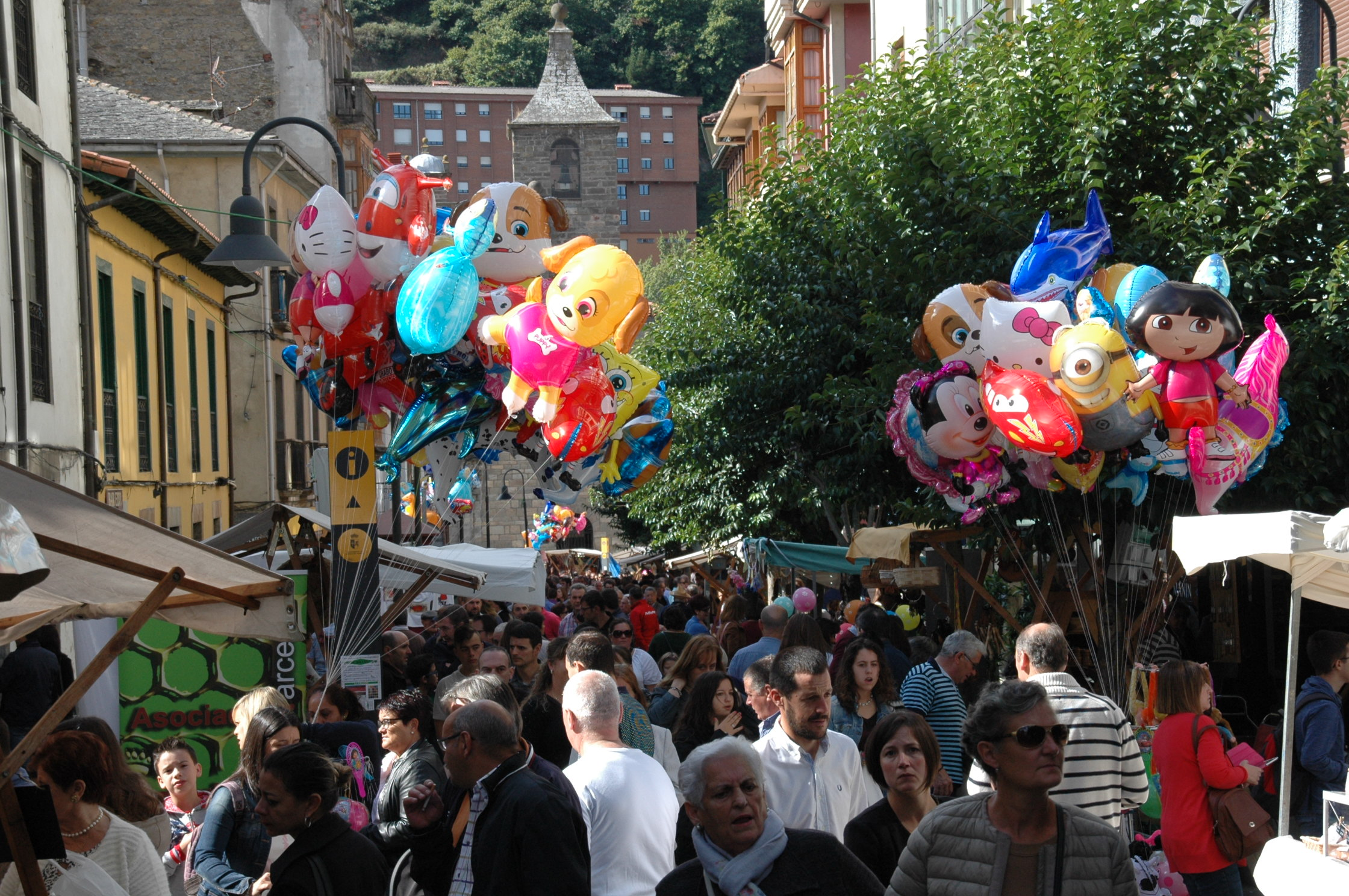 """CANGAS DEL NARCEA.- La fiesta crece y las calles se llenan de """"vendimiadores"""""""