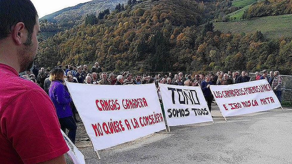 CANGAS DEL NARCEA.- Protesta ganadera en Santa Eulalia de Cueras