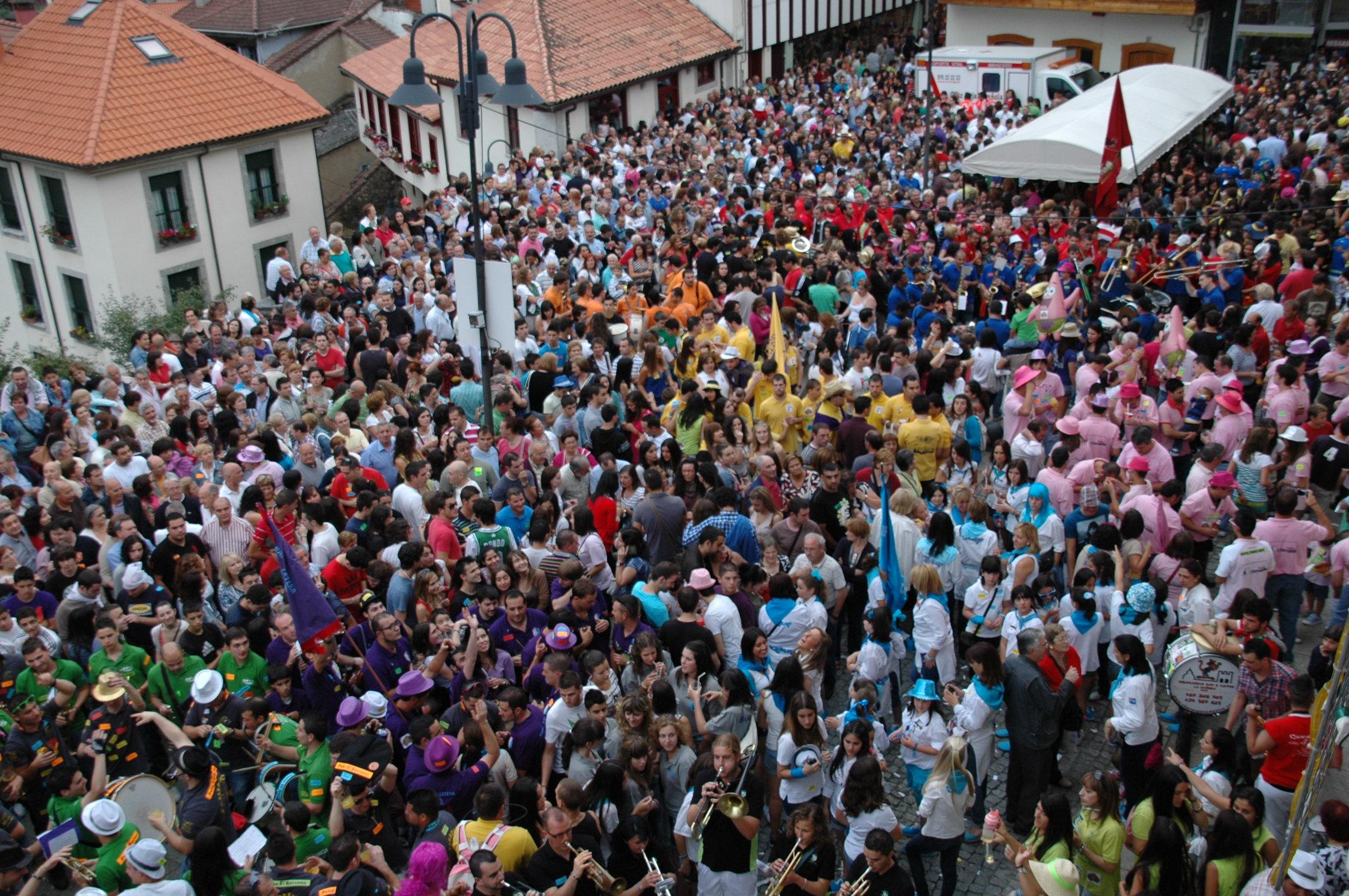 CANGAS DEL NARCEA.- La concejala de festejos y peñas se enzarzan