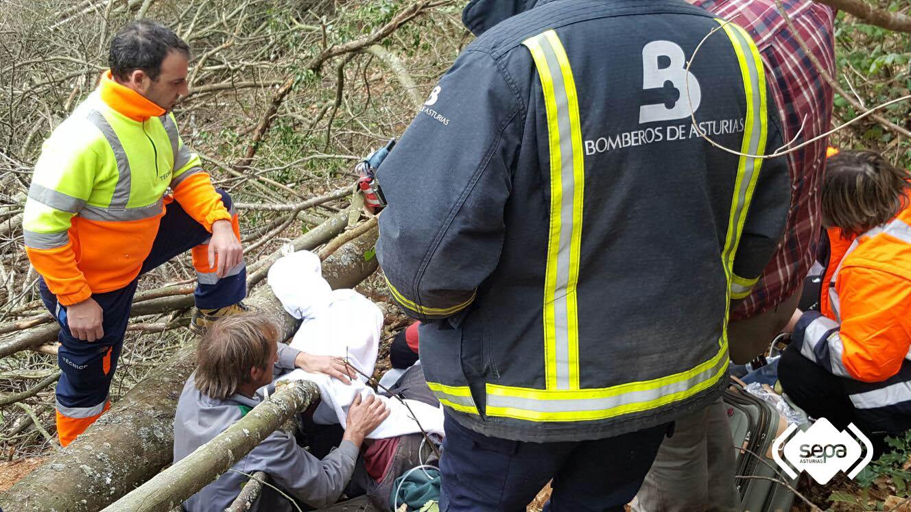 CANGAS DEL NARCEA.- Herido en accidente laboral en Llamas de Ambasaguas