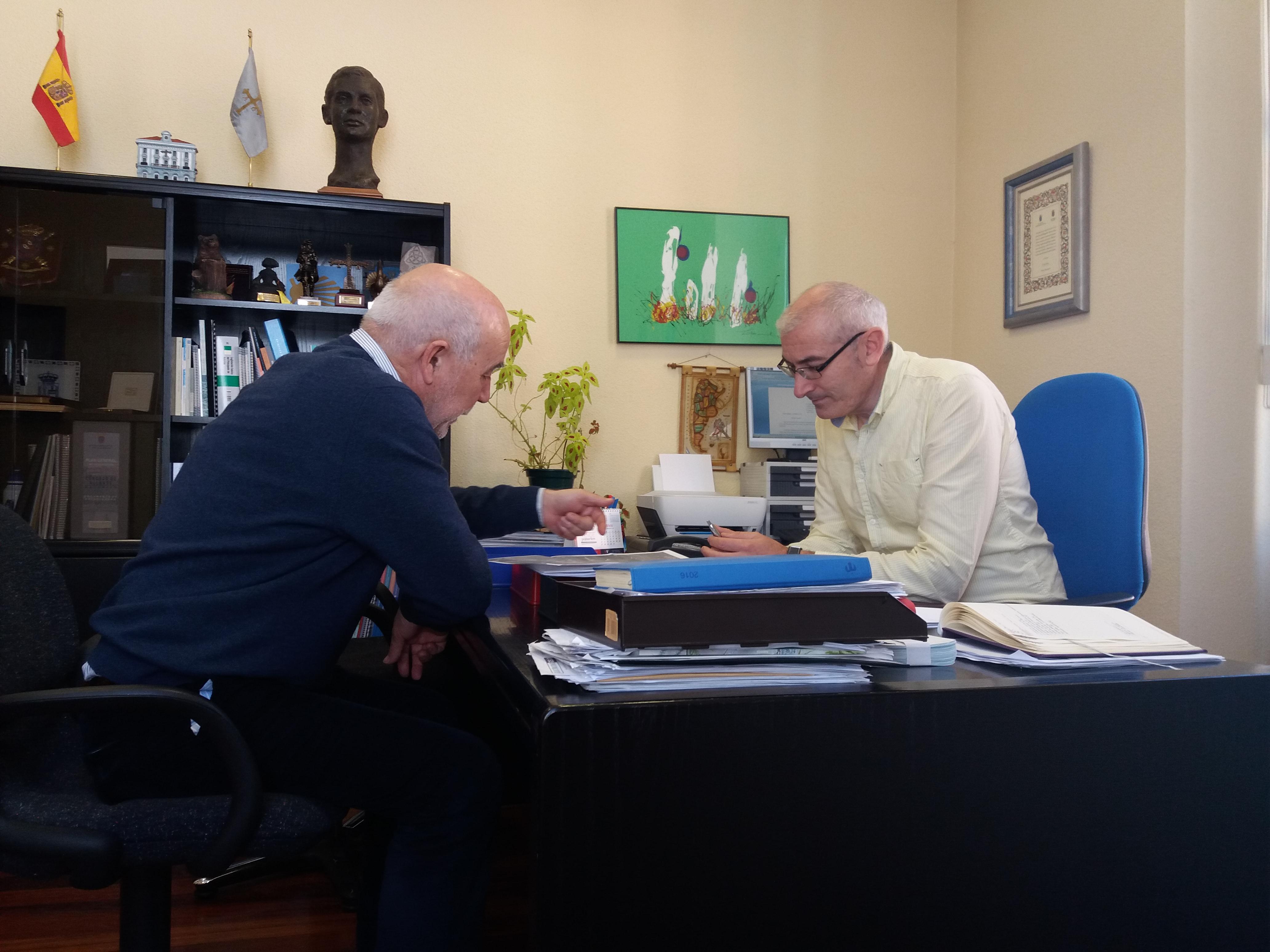 ALLANDE.- Repaso a la situación de los montes del concejo con el director general