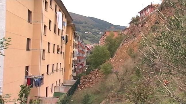 CANGAS DEL NARCEA.- Comienzan las obras de estabilización del talud de la Calle Clarín