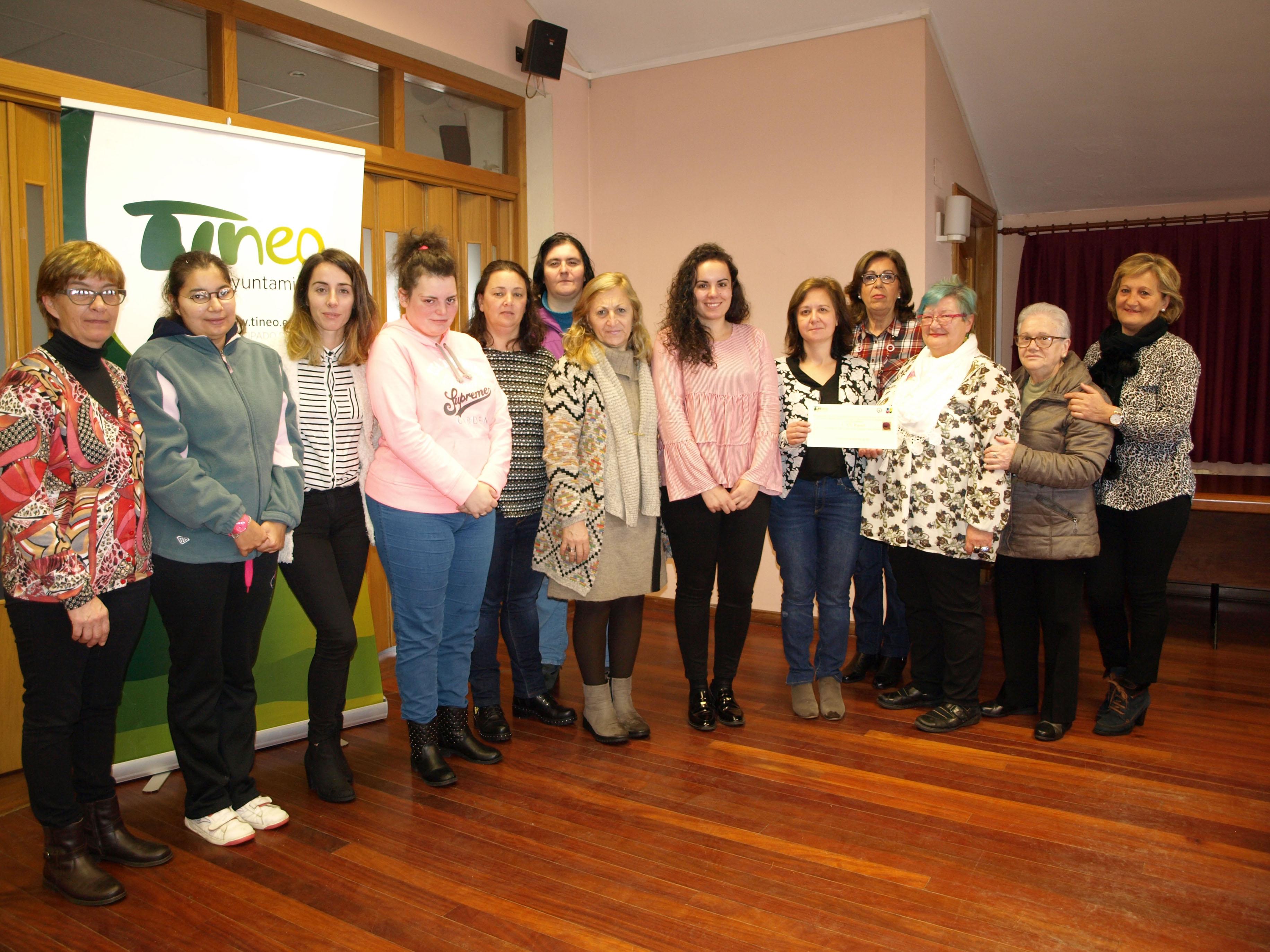 TINEO.-La Asociación Española contra el cáncer recibe 876 euros del mercadillo solidario.