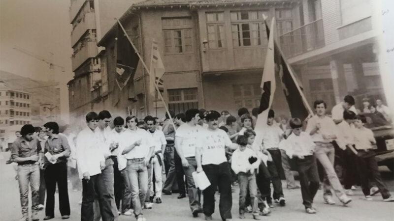 Banderas y camisas emergieron de una caja de zapatos