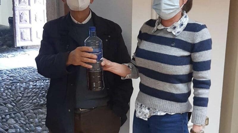 Unos 50 vecinos de Cangas participan en el trampeo de avispa asiática