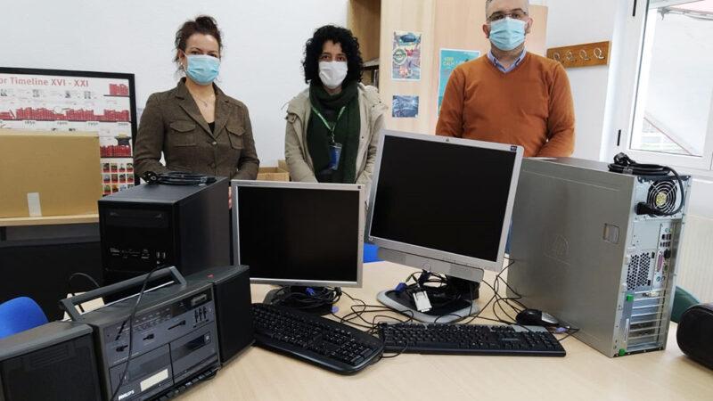 Los Servicios Sociales de Cangas reciben dos equipos informáticos