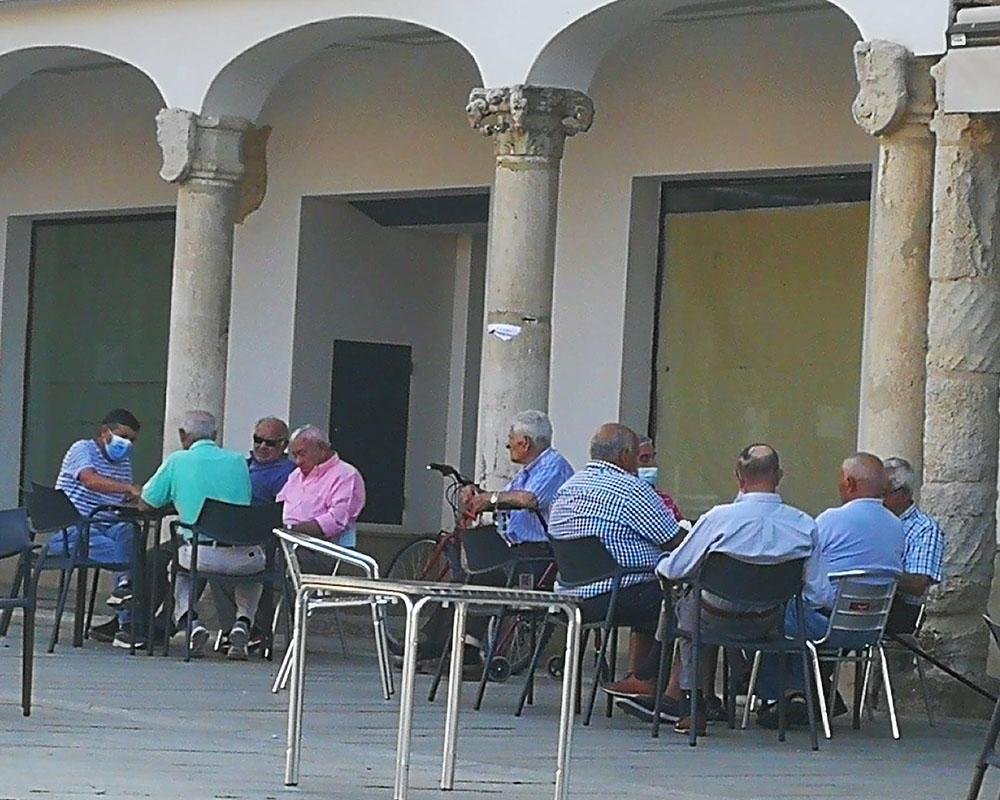 Naipes en la Plaza Pública